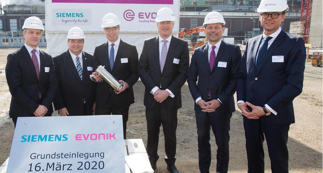 Thomas Wessel (2.v.r.), Personalvorstand und Arbeitsdirektor von Evonik, Dr. Jochen Eickholt (3.v.r.), designierter Vorstand Siemens Energy AG, Dr. Rainer Fretzen (3.v.l.), Vorsitzender der Geschäftsführung der Evonik Technology & Infrastructure GmbH, Heiko Mennerich (rechts), Leiter des Geschäftsgebiets Energy & Utilities von Evonik, Dr. Jörg Harren (links), Standortleiter des Chemieparks Marl von Evonik, und Werner Arndt (2.v.l.), Bürgermeister der Stadt Marl, bei der Grundsteinlegung des neuen Gas- und Dampfturbinenkraftwerks von Evonik. (Foto: Evonik)